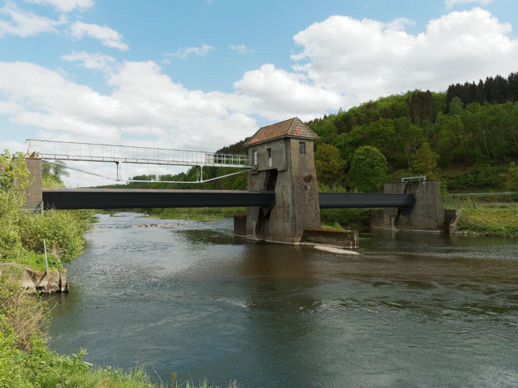 Die Ruhr in Wickede, Blick vom alten Ruhrwehr nach Osten in den renaturierten Bereich des Flusses. Bildquelle: Wikipedia